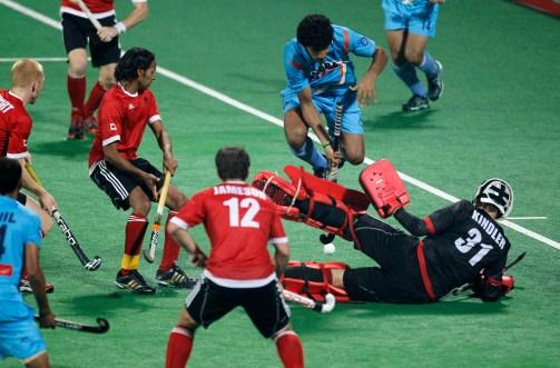 Antoni Kindler, dans les buts, lors d'un match de qualification olympique en 2012. (AP Photo/Saurabh Das)