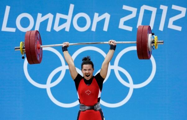 Christine Girard lors de l'épreuve d'haltérophilie (groupe des 63 kg) aux Jeux olympiques de Londres en 2012. Cette levée lui a valu la médaille de bronze. (AP Photo/Hassan Ammar)