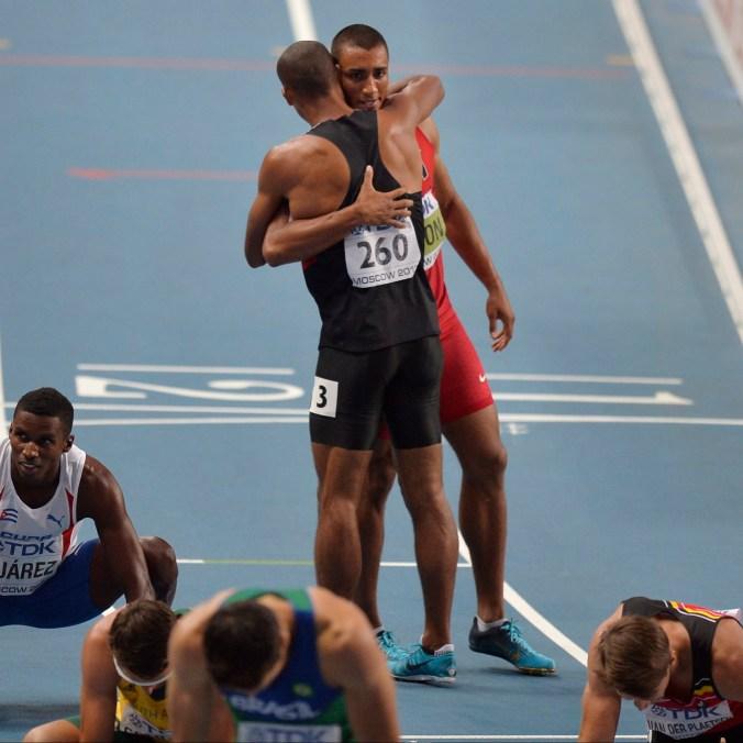 Damian Warner et Ashton Eaton se font une accolade aux Mondiaux d'athlétisme de 2013, le 11 août 2013 à Moscou. (AP Photo/Martin Meissner)