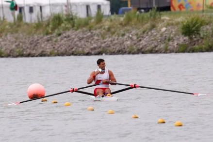 Rob Gibson (skiff) exhibe sa médaille d'argent en ramant lors des Jeux panaméricains de 2015. (AP Photo/Julio Cortez)