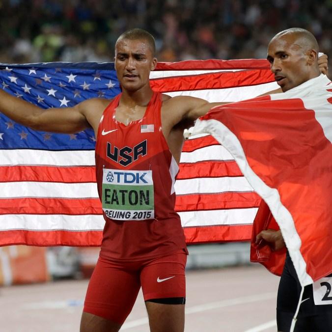 Damian Warner (à droite) en compagnie de l'Américain Ashton Eaton lors du tour d'honneur aux Mondiaux d'athlétisme, le 29 août 2015 à Beijing.(AP Photo/Kin Cheung)