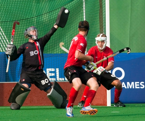 Le gardien de but David Carter en action avec ses défenseurs Scott Tupper et Jesse Watson (à droite) aux Jeux du Commonwealth en 2010.THE CANADIAN PRESS/Ryan Remiorz