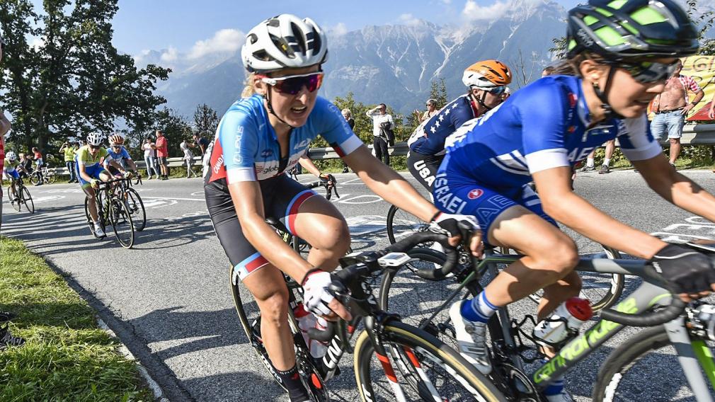 Deux cyclistes sur route en action