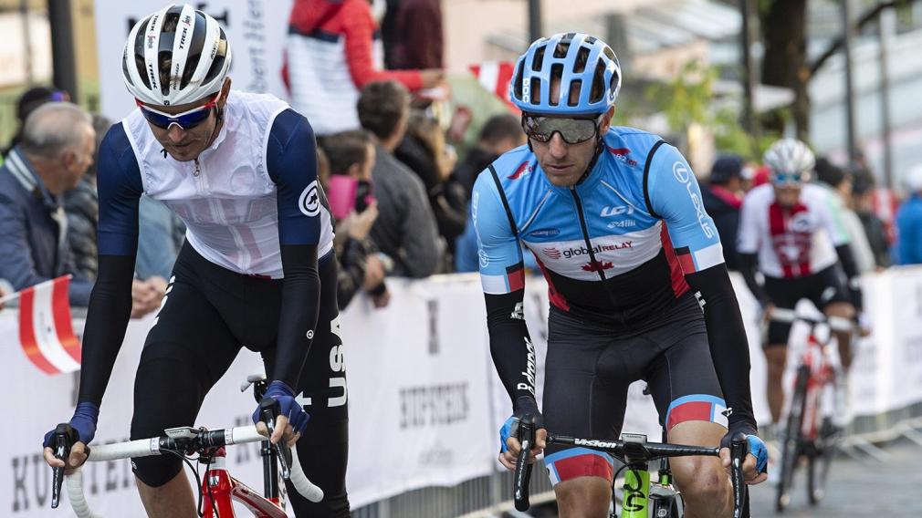 Deux cyclistes se suivent lors d'une course sur route