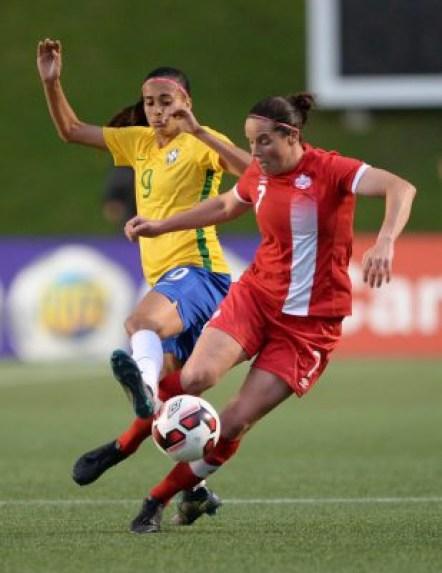 Rhian Wilkinson (droite), Andressa Alves (gauche), Canada c. Brésil, à Ottawa, le 7 juin 2016.