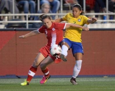 Allysha Chapman (gauche), Debinha (droite), Canada c. Brésil, le 7 juin 2016, à Ottawa.