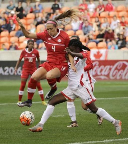 Shelina Zadorsky (gauche), Khadidra Debesette (droite), Canada c. Trinité-et-Tobago le 14 février 2016, lors du tournoi de qualification olympique de la CONCACAF, le 14 février 2016.