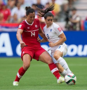 Melissa Tancredi (gauche), Claire Rafferty (droite), Canada c. Angleterre le 27 juin 2015 à la Coupe du monde féminine de la FIFA.