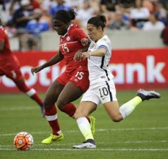 Nichelle Prince (gauche), Carli Lloyd (droite), Canada c. États-Unis, le 21 février 2016, lors du tournoi de qualification olympique de la CONCACAF, à Houston.