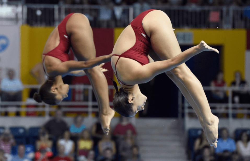 Jennifer Abel (gauche) et Pamela Ware s'exécute en finale de l'épreuve synchronisée du tremplin de 3 m au Jeux panaméricains de Toronto, le 13 juillet 2015.