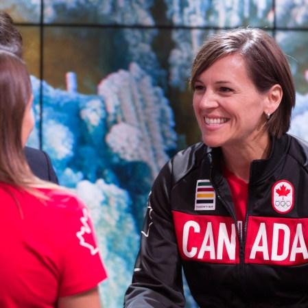 Pamela Ware et la chef de mission adjointe Isabelle Charest lors de l'annonce de l'équipe olympique de plongeon pour Rio 2016.