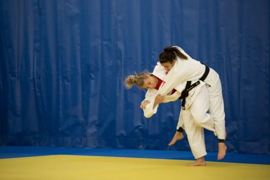 Kelita Zupancic effectue une prise sur sa coéquipière lors d'un entrainement à l'Institut national du sport du Québec, le 28 juin 2016.