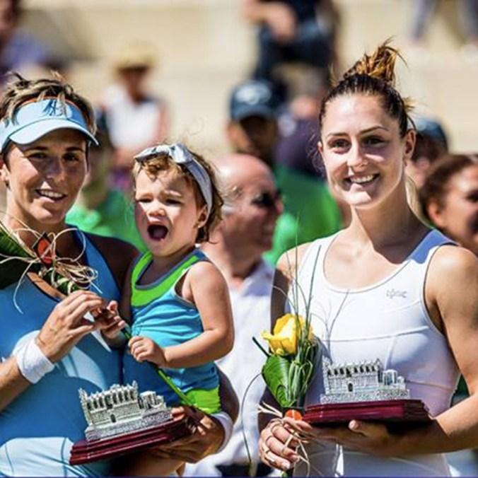 Gabriela Dabrowski et sa coéquipière Maria José Martinez Sanchez savourent leur titre en double à l'Open de Mallorca, en Espagne, 2016.