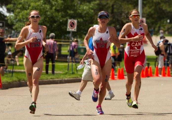 Kirsten Sweetland (au centre) et Amélie Kretz (à droite). (Photo : Union internationale de triathlon)