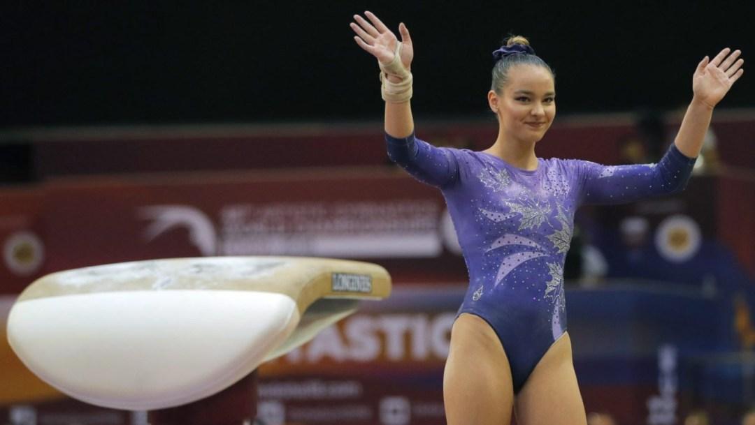 Une gymnaste salue la foule