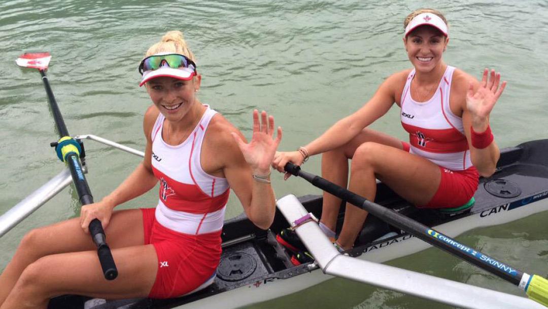 Deux athlètes d'aviron saluent la caméra