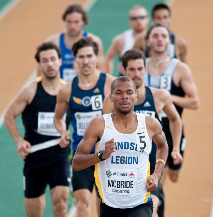 Brandon McBride mène le groupe de fondeur au 800 m durant les Essais olympiques d'Edmonton, 10 juillet 2016. THE CANADIAN PRESS/Dan Riedlhuber