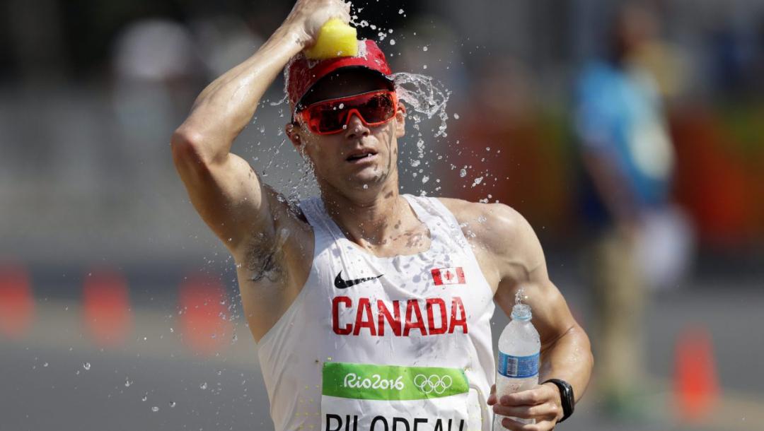 Un athlète s'arrose en pleine course