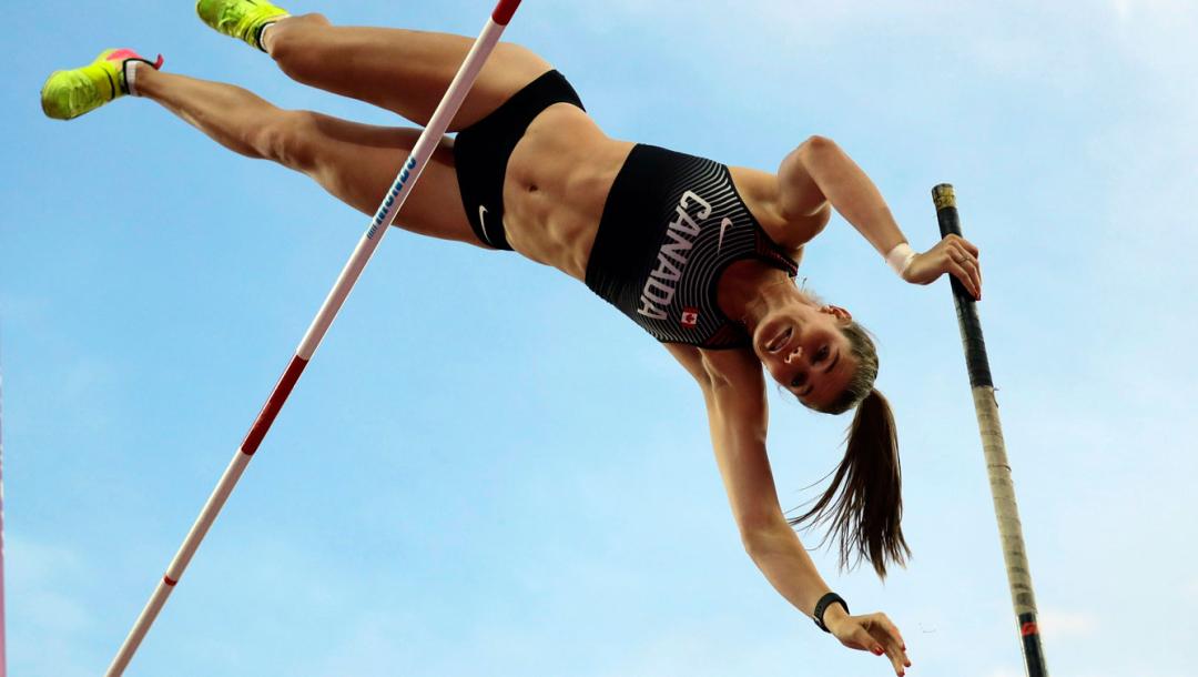 Une athlète au saut à la perche