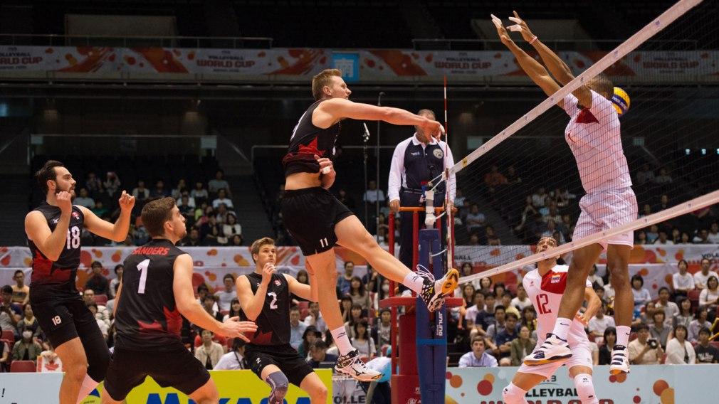 Un joueur de volleyball effectue un smash