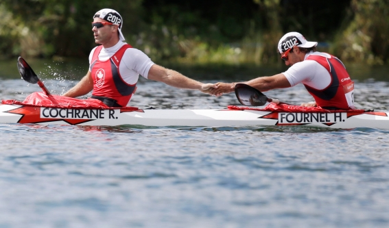 Les Canadiens Ryan Cochrane et Hugues Fournel après la demi-finale du K-2 1000 m aux Jeux de Londres en 2012. (AP Photo/Natacha Pisarenko)