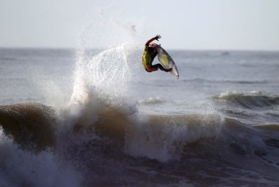 Le champion du monde en surf, le Brésilien Gabriel Medina, au Moche Rip Curl Pro Portugal surf contest à la plage de Supertubos, à Peniche, au Portugal ,le 10 octobre 2014. (AP Photo/Francisco Seco)