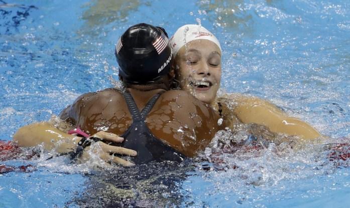 Penny Oleksiak célèbre sa médaile d'or avec l'Américaine Simone Manuel, au 100 m style libre. AP Photo/Martin Meissner