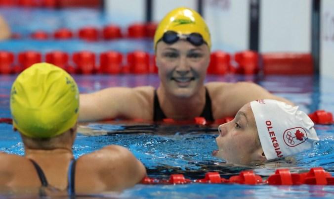 Penny Oleksiak célèbre sa médaile d'or avec l'Américaine Simone Manuel, au 100 m style libre. 11 août 2016. (AP Photo/Lee Jin-man)