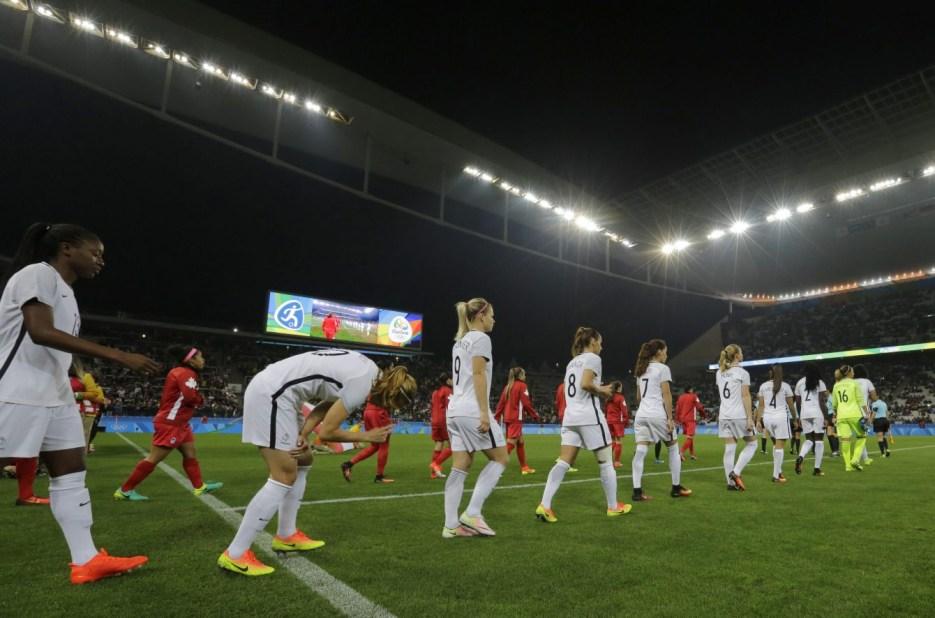 Match du Canada contre la France en quarts de finale du tournoi féminin aux Jeux olympiques de Rio, le 12 août 2016.(AP Photo/Nelson Antoine)