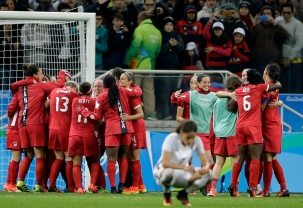 Les canadiennes célèbrent leur victoire contre la France en quarts de finale du tournoi féminin aux Jeux olympiques de Rio, le 12 août 2016.(AP Photo/Nelson Antoine)