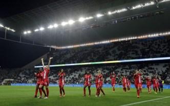 Les canadiennes saluent la foule lors de leur match contre la France en quarts de finale du tournoi féminin aux Jeux olympiques de Rio, le 12 août 2016.(AP Photo/Nelson Antoine)