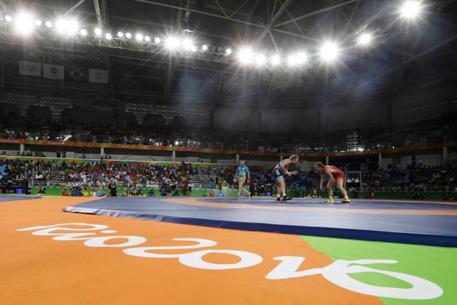 Erica Wiebe se bat contre l'Allemande Maria Selmaier en lutte féminine, au Stade Carioca, aux Jeux olympiques de Rio le 18 août 2016. (AP Photo/Markus Schreiber)
