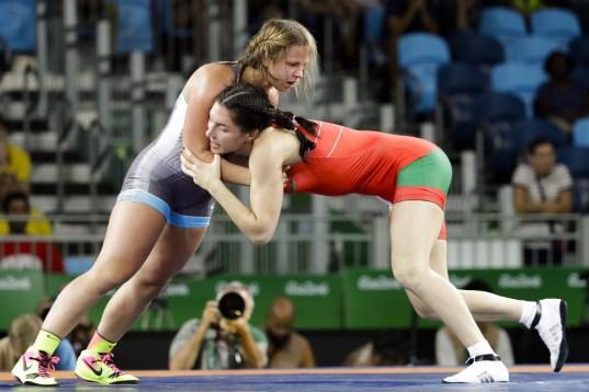 Erica Wiebe qui se bat contre la Biélorusse Vasilisa Marzaliuk en lutte féminine, au Stade Carioca, aux Jeux olympiques de Rio le 18 août 2016. (AP Photo/Markus Schreiber)