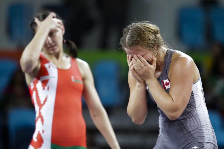 Erica Wiebe après avoir battu la Biélorusse Vasilisa Marzaliuk en lutte féminine, au Stade Carioca, aux Jeux olympiques de Rio le 18 août 2016. (AP Photo/Markus Schreiber)