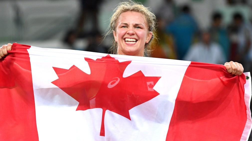 Erica Wiebe montre le drapeau canadien