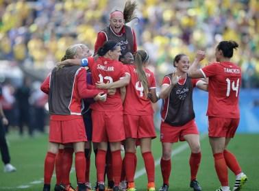 Quelques filles de l'équipes se sautent dans les bras
