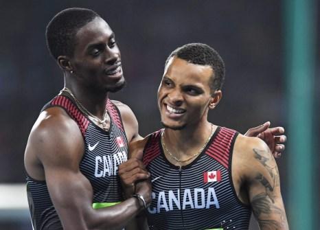 Andre De Grasse et Brendon Rodney célèbrent suite à la finale olympique du relais 4x100 m Rio de Janeiro, le 19 août 2016. Le Canada y a gagné le bronze. THE CANADIAN PRESS/Frank Gunn