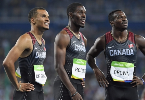 Andre De Grasse, Brendon Rodney et Aaron Brown suite à la finale olympique du relais 4x100 m Rio de Janeiro, le 19 août 2016. Le Canada y a gagné le bronze. THE CANADIAN PRESS/Frank Gunn