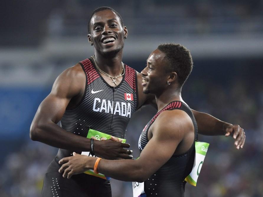Akeem Haynes et Brendon Rodney célèbrent suite à la finale olympique du relais 4x100 m Rio de Janeiro, le 19 août 2016. Le Canada y a gagné le bronze. THE CANADIAN PRESS/Frank Gunn