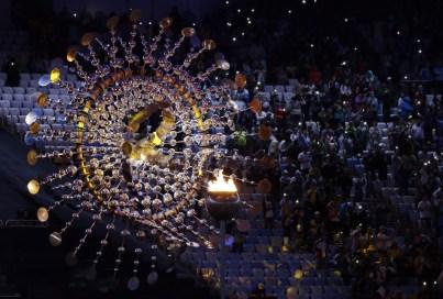 La porte-drapeau du Canada, Penny Oleksiak, lors de la cérémonie de clôture aux Jeux de 2016, à Rio. (AP Photo/Natacha Pisarenko)