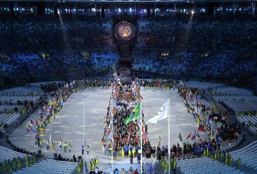 La parade des athlètes lors de leur entrée au Stade Maracana à la cérémonie de clôture des Jeux olympiques de 2016, à Rio. (AP Photo/Charlie Riedel)