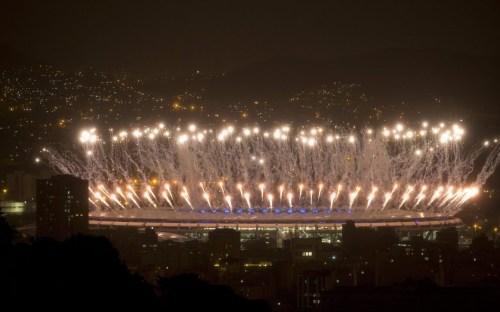 Les feux d'artifices au Stade Maracana lors de la cérémonie de clôture des Jeux olympiques de 2016, à Rio. (AP Photo/Leo Correa)