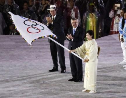 Le gouverneur de Tokyo lors de la cérémonie de clôture des Jeux olympiques de 2016, à Rio. (AP Photo/Charlie Riedel)