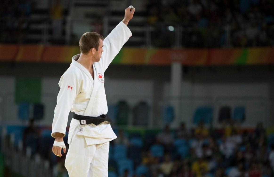 Un judoka salue la foule