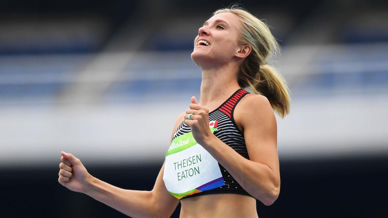 Theisen-Eaton célèbre, poings en l'air