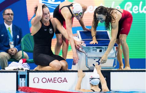 Penny Oleksiak célèbre avec ses coéquipières : Sandrine Mainville, Chantal Van Landeghem et Taylor Ruck après avoir remporté le bronze au relais 4x100 m à Rio, le 6 aout 2016.COC Photo/Mark Blinch