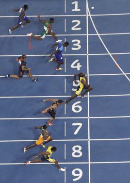 Usain Bolt, dans le couloir six, et De Grasse dans le sept, lors de la victoire au 100 m aux Jeux olympiques de Rio, le 14 août 2016.