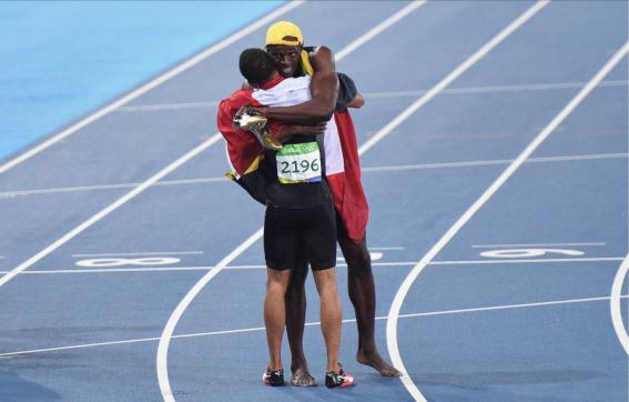 Bolt et De Grasse célèbrent après la finale du 100 m aux Jeux olympiques de Rio, le 14 août 2016.
