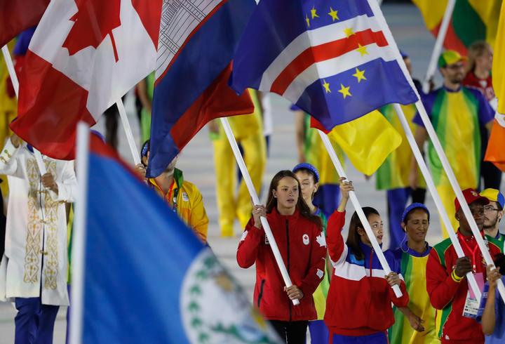 La porte-drapeau du Canada, Penny Oleksiak, lors de la cérémonie de clôture aux Jeux de 2016, à Rio. Photo : COC.