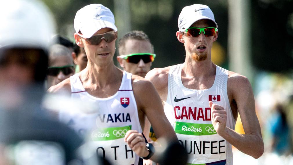Evan Dunfee lors d'une compétition de marche.